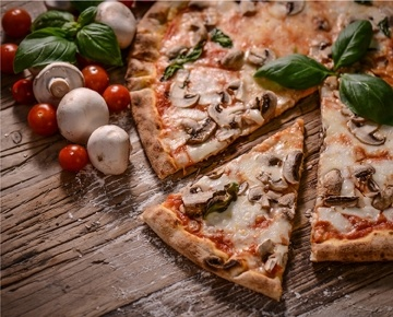 يقدم مطعم بيتزا دي روكو البيتزا الإيطالية الأصيلة: لذيذة، وخفيفة، ومقرمشة، وطبيعية وطازجة من الفرن. يتم اعداد البيتزا اللذيذة باستخدام قاعدة مخلوطة يدوياً بشكل تقليدي باستعمال طرق الطهو العريقة لدينا، ثم يتم خبزها في الفرن اليدوي التقليدي. يتم استعمال الأعشاب الإيطالية والمكونات الطبيعية الطازجة. اتصل بنا اليوم لتذوق الطعم الحقيقي لإيطاليا، بالطريقة التي أرادها روكو!